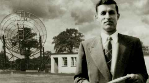 Alan Maxwell with the Jodrell Bank telescope in the 1950s. Photo: Maxwell Family Archive